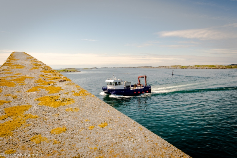 Fiskebåt på väg mot fiskeodling